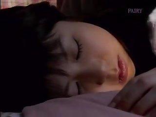 Японский секс парень не смог себя сдержать перед спящей красавицей