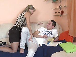 как молодому парню познакомится со зрелой женщиной