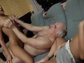 Зрелый мужик трахается с молодыми немками