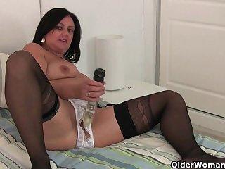 Девушка засаживает себе секс игрушку глубоко и нежно