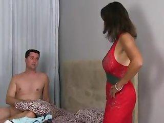 Зрелая жена застала мужа на неприятным делом