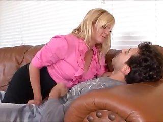 Зрелой женщине нужен от молодого самца только секс