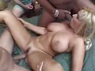 Длинноволосую принцессу ебет голая толпа парней