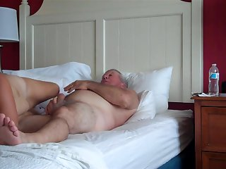 Зрелая жена трахается с мужем на кровати