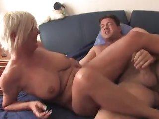Зрелая немка показывает мастер класс в постели