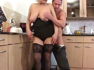 Секс на кухне с грудастой зрелой женщиной
