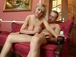 Зрелая женщина соблазняет блондина