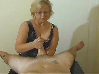 Бабушка удивила своей классной дрочкой члена