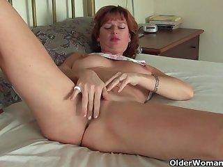 Рыжая сучка мастурбирует на кровати