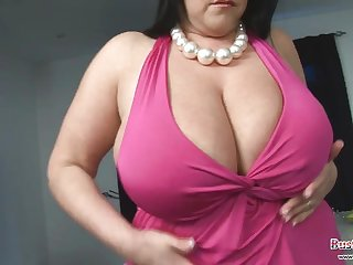Большегрудая дамочка трахает себя розовой игрушкой