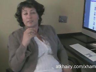 Зрелая дама с мохнатой киску нежно мастурбирует