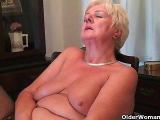 Зрелая старушка кайфует от мастурбации