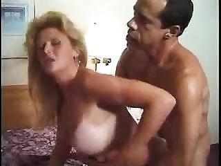Загорелая сучка принимает в свой рот свежую сперму