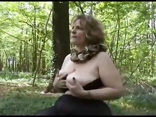 Секс в лесу с красивой зрелой шлюхой