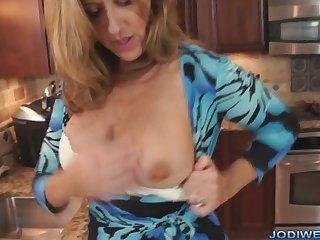 Порно со взрослой женщиной на кухне