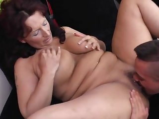 Парень подарил своей зрелой любовнице развратный секс