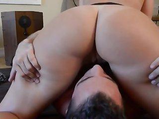 Зрелая гламурная женщина учит молодую пару сексу