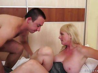 Зрелая блондиночка кайфует со своим любовником в спальне