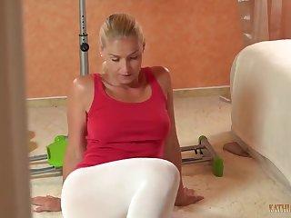 40 летняя красавица сосёт хуй в спортзале в белых лосинах