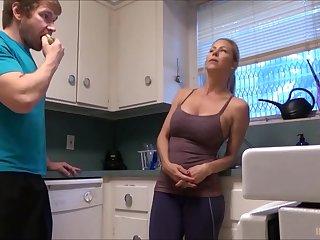 Секс на кухне со зрелой женой с большими сиськами