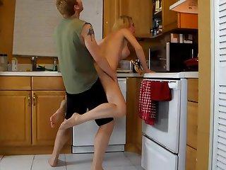 Секс раком на кухне с худой зрелой хозяйкой