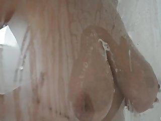 Грудастая мильфа порадовала утренним сексом своего соседа